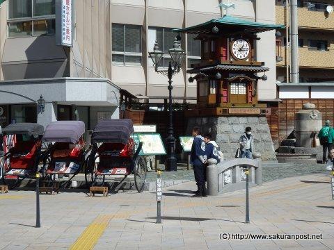 人力車と時計台