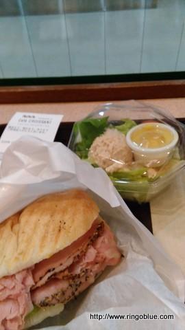 パン、サンドイッチとサラダ